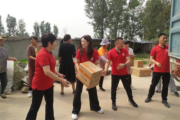 抵达浚县开始搬卸救灾物资