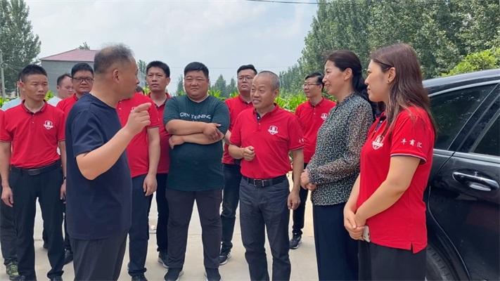 安阳市内黄县副县长李红霞感谢牛商企业对灾民的爱心付出